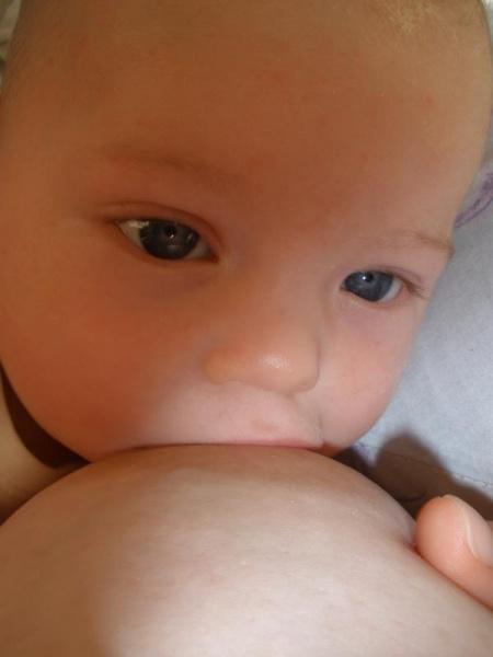 Pohľad na dojčiace sa bábätko je nádherný