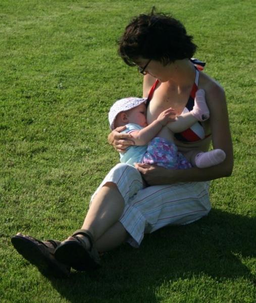 Dojčenie je biologická norma a dojčiť možno všade, aj na futbalovom ihrisku :-)