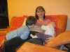 Dvaja súrodenci, chlapček a dievčatko, sa môžu dojčiť spoločne