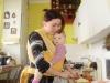 Nosenie dojčeného dieťatka pomáha mamičkám urobiť doma to, čo potrebujú