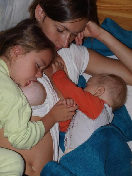 Tandemovo dojčení súrodenci si počas zaspávania podávajú ručičky