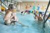 Bábätko sa upokojuje a ohrieva dojčením po plávaní