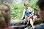 Grilovačka s priateľmi - matka napĺňa potreby dieťaťa a súčasne svoju potrebu oddychovať a tráviť čas s ľuďmi, ktorých má rada