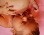 Dva kroky k asymetrickému prisatiu: Ešte pred prisatím sa dá poznať, či sa bábätko prisaje správne. Bradavka má od začiatku smerovať k hornej pere
