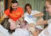 Na tomto obrázku vidíte prvé priloženie v nemocnici v Nórsku: bábätká sa po pôrode priložia hneď na hrudník mamičky a nechajú sa v kontakte koža na kožu