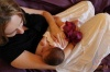 Bábätko si pri dojčení užíva blízkosť, nehu, teplo a istotu kontaktu