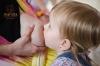 Tandemové dojčenie: toto dievčatko je dojčené spoločne s mladším súrodencom