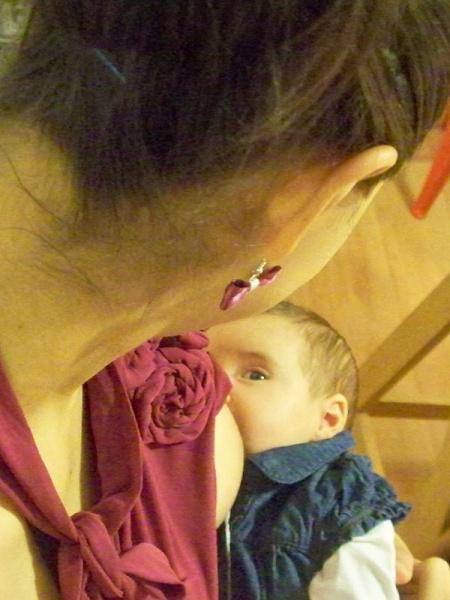 Pri dojčení sa deti radi pozerajú svojim maminkám do očí