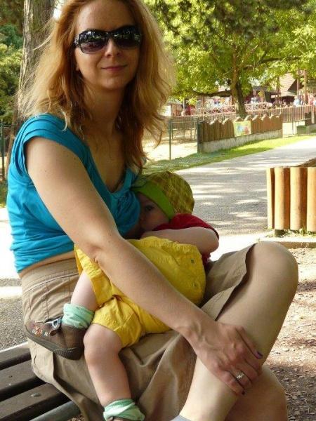 Dojčiť na požiadanie znamená dojčiť všelikde - aj vonku na lavičke