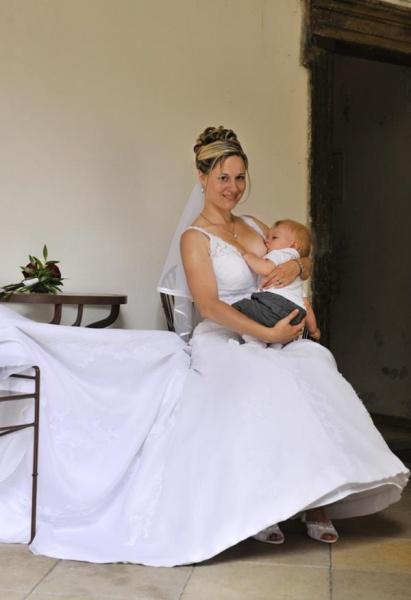 Keď má mamička malé dieťatko, užije si dojčenie aj na vlastnej svadbe