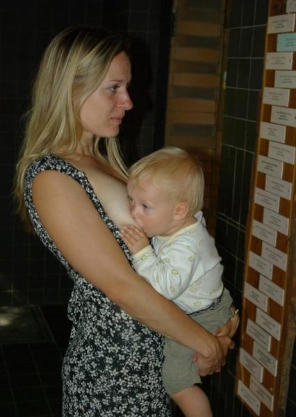 Dojčenie pri vychádzke do zoo