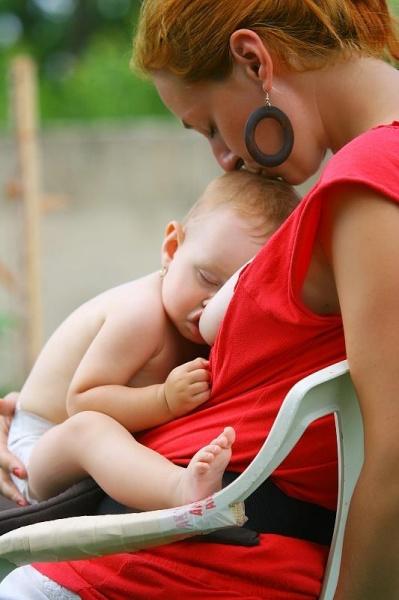 Bábätká po dojčení často zaspinkajú, lebo je im s mamičkou v objatí príjemne