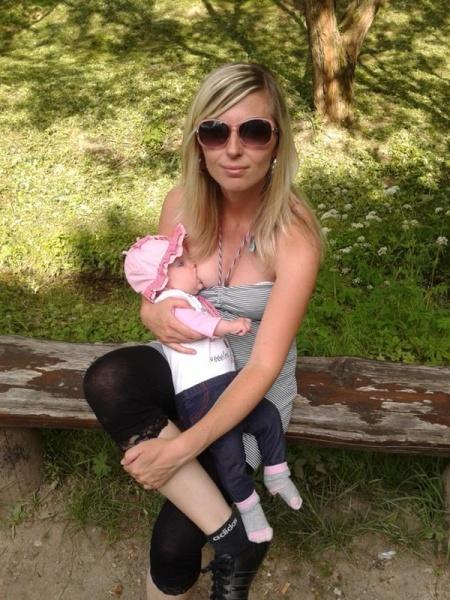 Mamička dievčatka hovorí, že jej dojčenie a nosenie uľahčuje starostlivosť o ňu