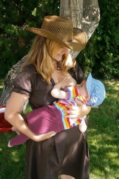Dojčenie je dôležité aj neskôr, mamička píše: ´Dcérka má už 13 mesiacov, a dojčenie je pre ňu hádam dôležitejšie než na začiatku, dojčenie nás s dcérkou spája. Ako rastie, každým dňom zisťujem, aká je to výborná pomoc pri výchove.´