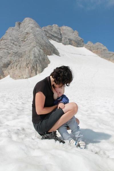 Aj prekonávanie výškových rozdielov je s dojčením hračka a mliečko chutí stále aj vo výškach. Mamička hovorí, že aj na dovolenke je dojčenie neoddeliteľnou súčasťou.