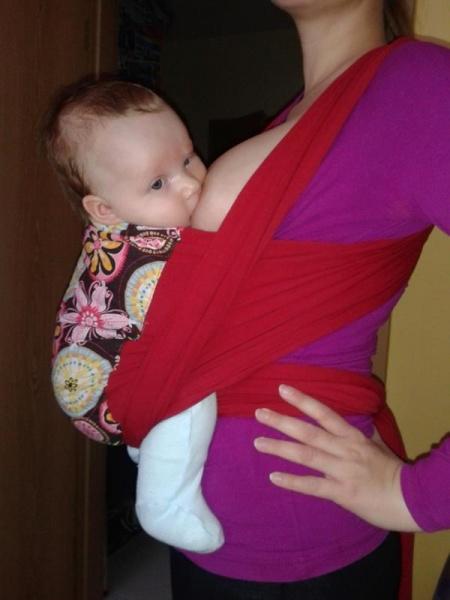 Šatka a rôzne druhy nosičov sú pre celodenný kontakt a dojčenie výbornou pomôckou