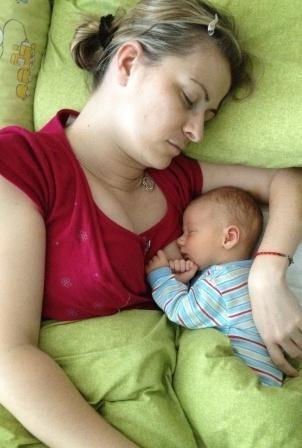 Mesačné bábätko spinká po boku svojej maminky