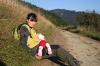Dojčenie na túre v prírode